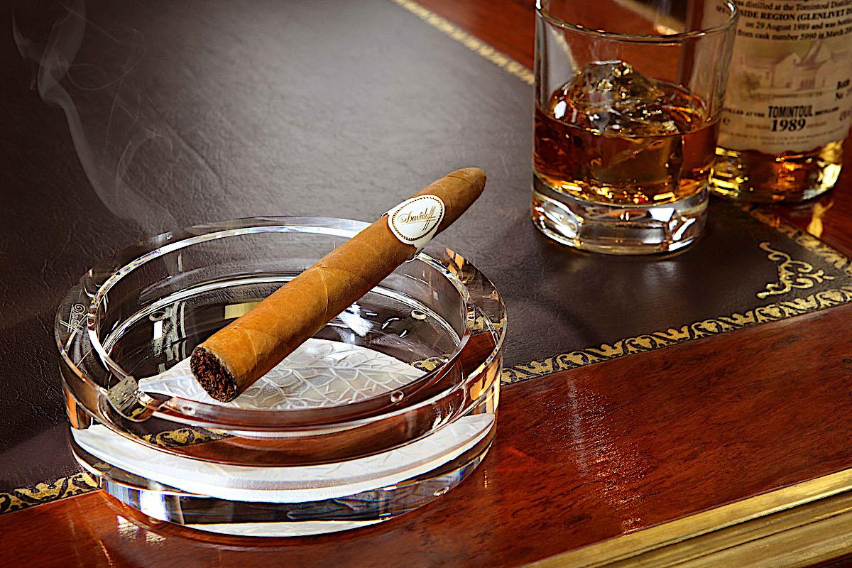 The luxurious world of exquisite pleasures. Aged alcohol and elite cigars.