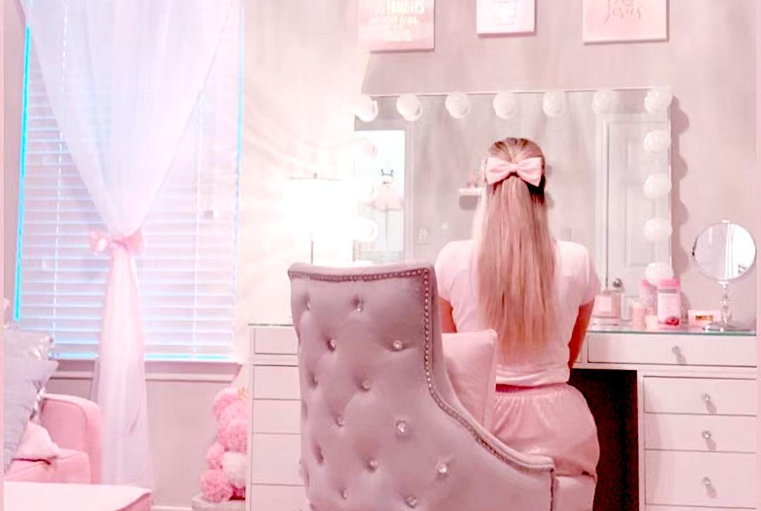 A few more ideas on how to decorate a girl's vanity room
