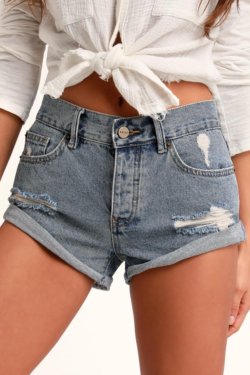 In a casual way, it is better to tie a white linen shirt when you wear jean shorts