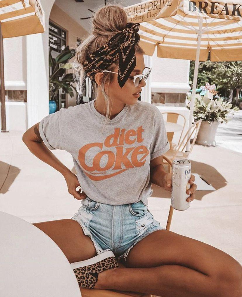 A comfortable T-shirt and ripped denim shorts are the best choice for a relaxing break