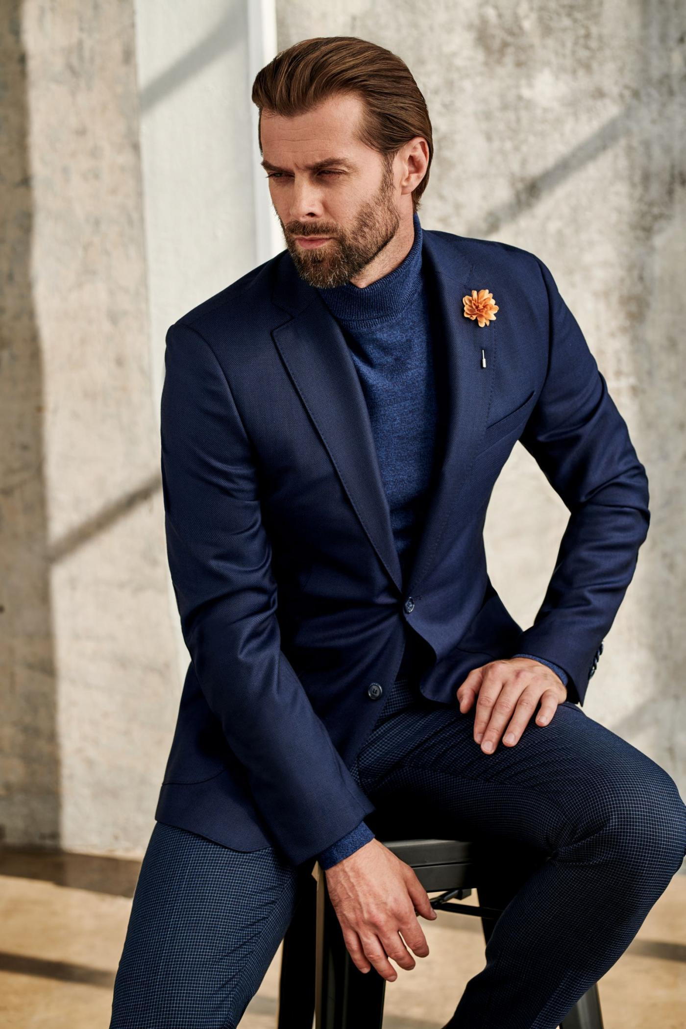 Casual fashionable look in dark blue colours with dark pullover