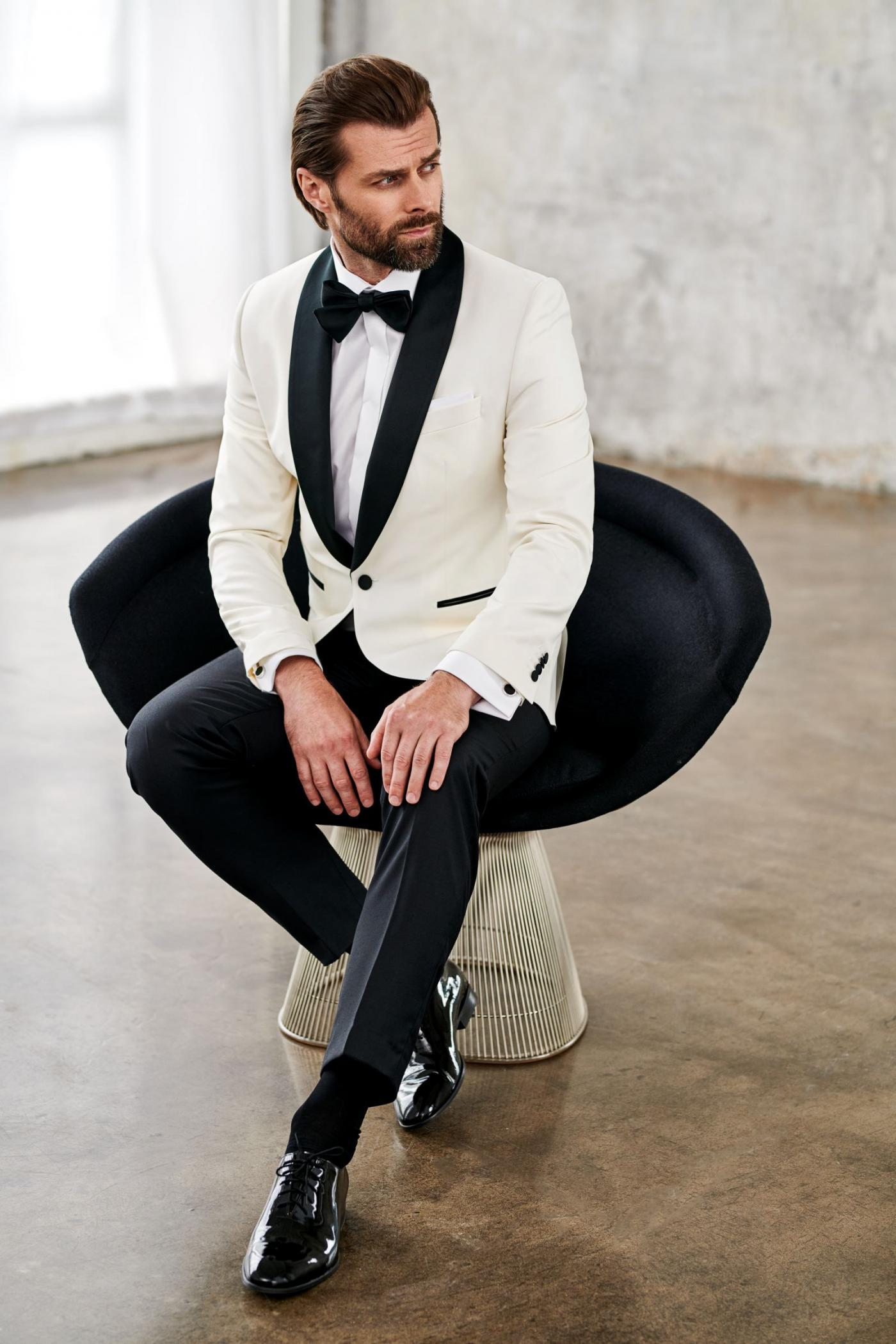 Holiday men's look in classic colours: white jacket, black pants and black patent shoes