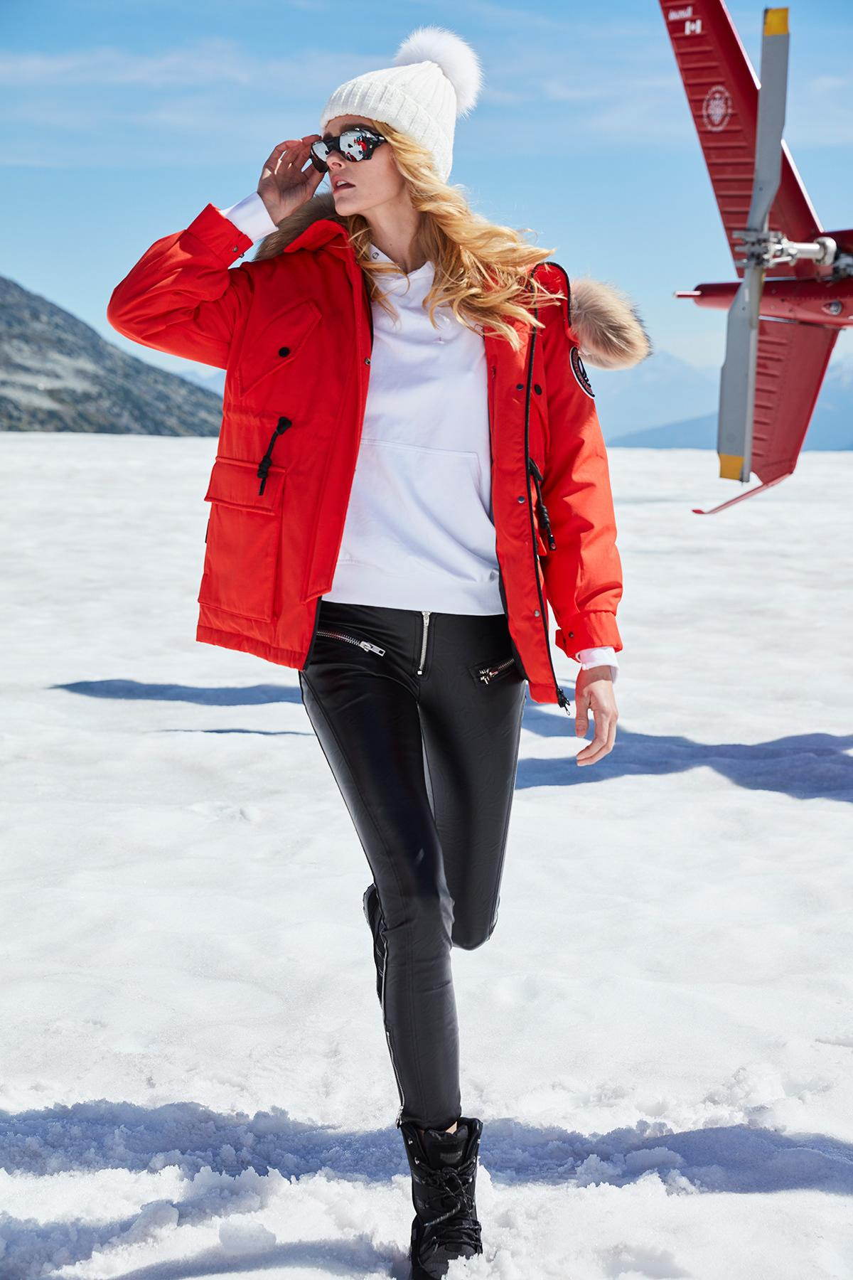 Do not forget to stay in fashion even for a walk in the mountains. Stylish parka and leggings are rule