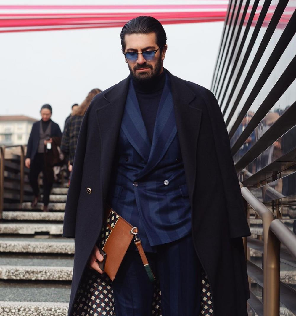 An elegant bright coat as the basis of a fashionable autumn look for a stylish man