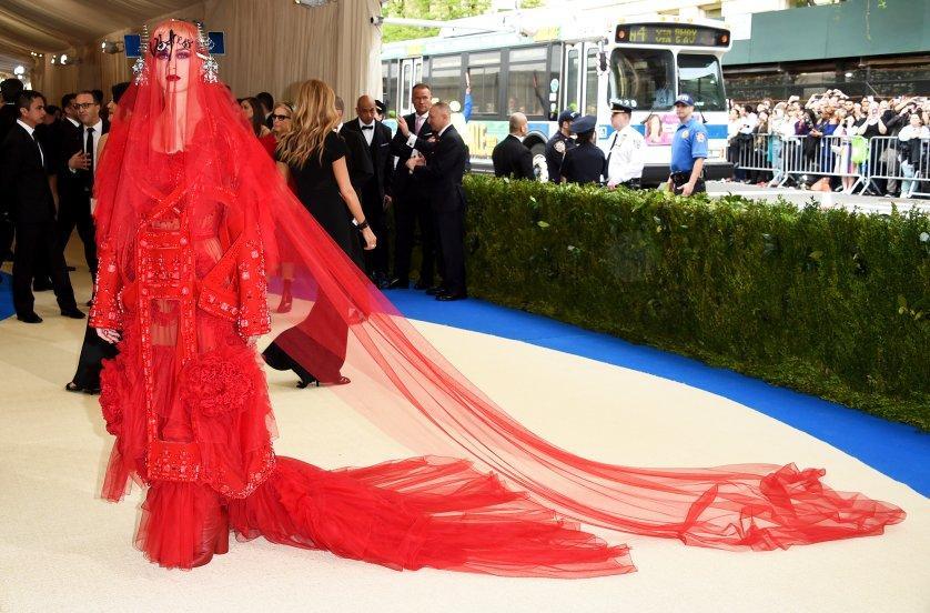 Найдивніші вбрання з Червоної доріжки 2017