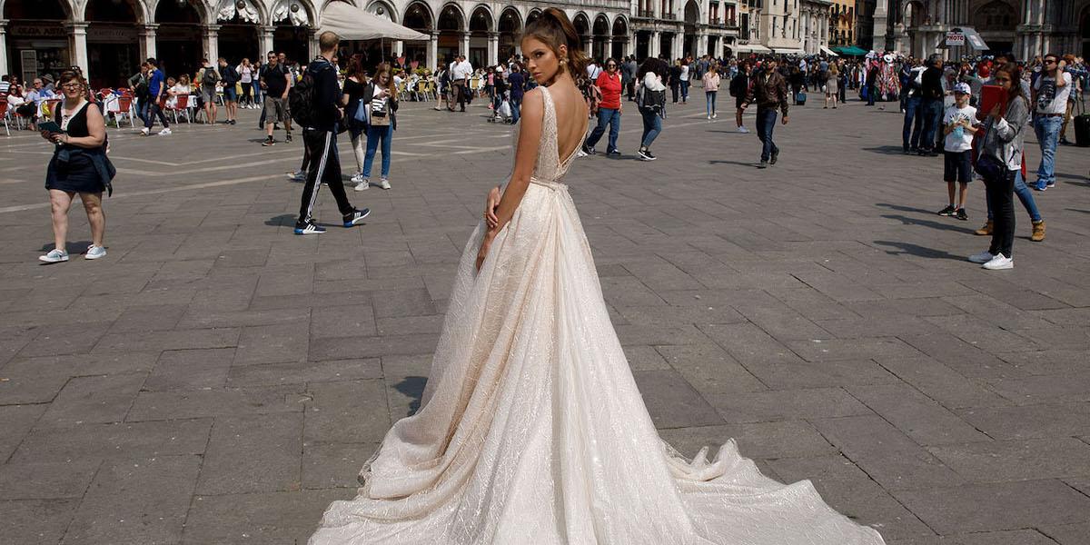 Нова колекція неймовірно ефектних та спокусливих весільних суконь на 2018 рік від відомого будинку весільної моди Julie Vino. Ізраїльський бренд славиться нарядами, що підкреслюють жіночі вигини і створюють чарівну ілюзію чуттєвості. Дизайнер ідеально з'єднала класичний стиль з сучасними тенденціями, гармонійно вплела в весільну колекцію геометричні елементи і етнічні мотиви. Вишукані вирізи, тонка ручна робота на кращих тканинах і найвитонченіші силуети ваблять до себе, немов зачаровуючи нас св