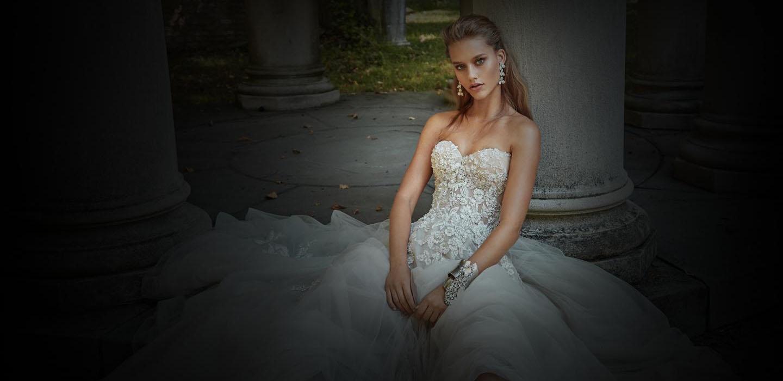 """Вірити в кохання - дивіз нової колекції весільних суконь відGalia Lahav. Ти знайдеш те, що шукаєш, якщо захочеш зазирнути за рамки встановлених кордонів. Назва колекції """"Королівська таємниця"""" дуже точно підкреслює настрій та джерело натхнення дизайнерки. Вона виражає глибоке кохання за допомогою екстравагантних силуетів, квіткових елементів дизайну та гламурних відтінків рожевого. Натхненна членами корлівської сім'ї, їхньою сутністю та рівновагою, дизайнерка продемонструвала неймовірну розкіш т"""